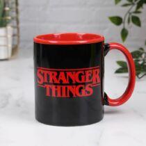 Stranger Things fekete logo bögre