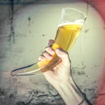 Viking szarv formájú sörös korsó állvánnyal